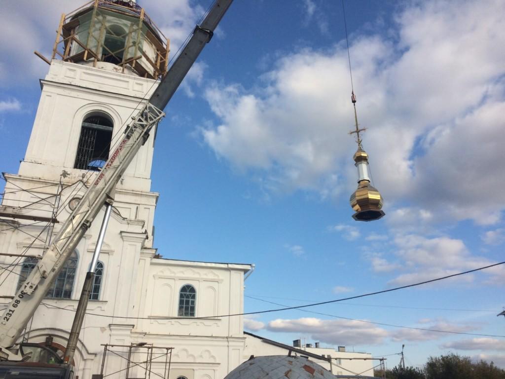 На колокольню кафедрального храма святителя Николая Чудотворца установлен новый купол и крест