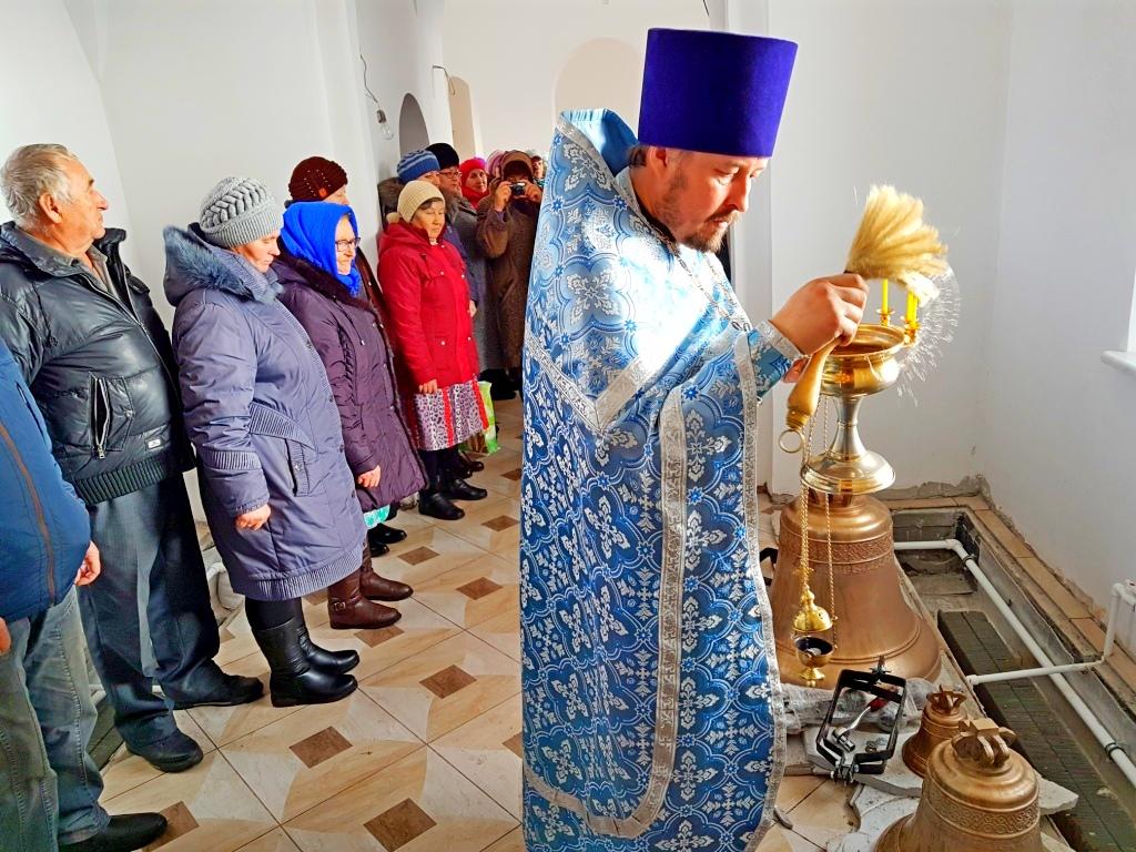 Протоиерей Алексей Новоселов совершил чин освящения колоколов в храме св.муч. Татианы в селе Большая Рига Шумихинского района