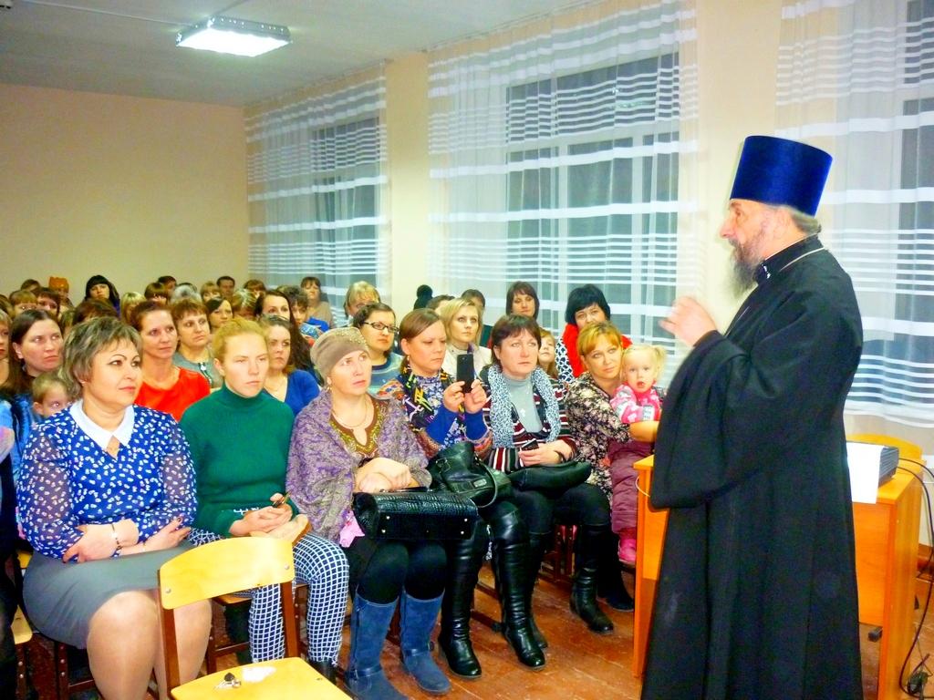 Благочинный Южного церковного округа протоиерей Александр Тимушев 28 ноября 2017 года посетил МКОУ «Куртамышская средняя общеобразовательная школа № 1», в которой прошел праздник, посвященный Дню матери