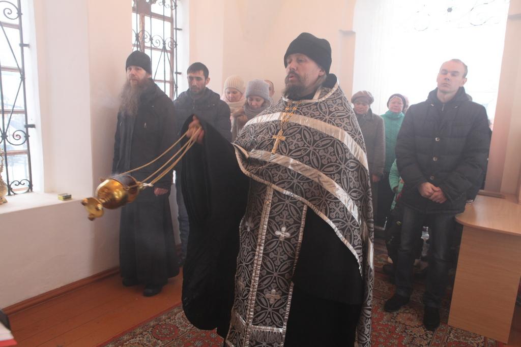 Насельник Далматовского монастыря игумен Павел (Стрекалев) отслужил литию в часовне на Успенской площади г. Далматово по жертвам трагедии в Кемерове.