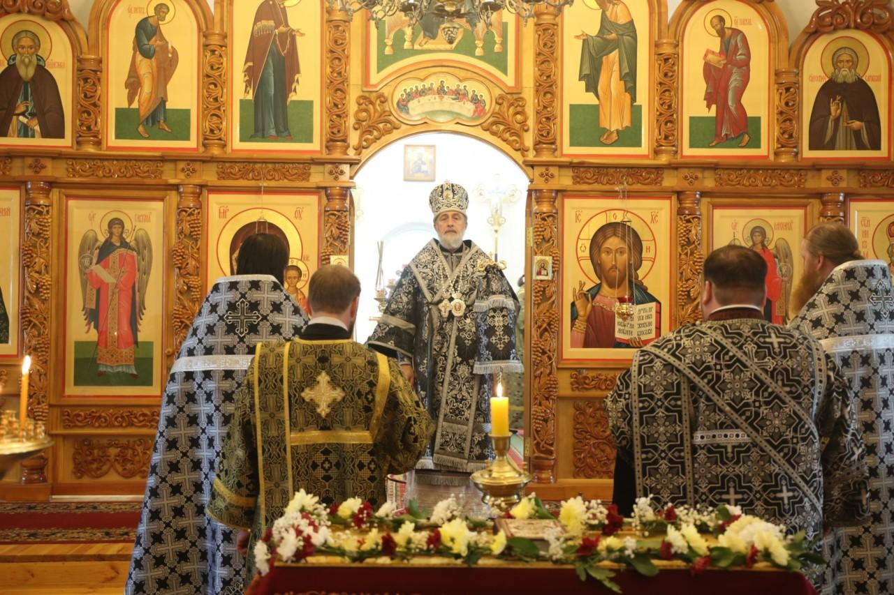 В Великий Пяток епископ Шадринский и Далматовский Владимир совершил вечерню с выносом Плащаницы Спасителя. г. Шадринск 26.04.2019 г.
