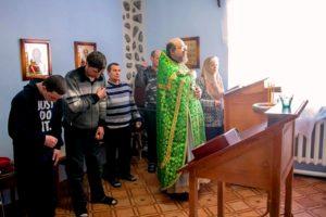 В молельной комнате наркологического реабилитационного центра в д. Малиновка отслужили Божественную литургию и водосвятный молебен