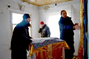 Наместник и эконом Успенского Далматовского монастыря оценили состояние здания молельного дома в с. Вознесенское Далматовского района