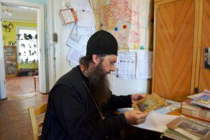 Древлехранитель Шадринской епархии игумен Варнава (Аверьянов) посетил Катайский районный краеведческий музей и осмотрел исторические достопримечательности города Катайска