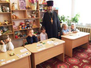 В Куртамыше протоиерей Александр Тимушев благословил первоклассников на учение