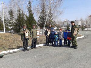 В военном городке 232 воинской части п. Плановый Щучанского района дети совместно с солдатами-срочниками изготовили и установили скворечники