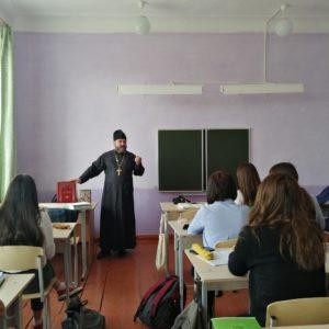 Иерей Александр Антонов провел встречи со школьниками, посвященные Дню православной книг
