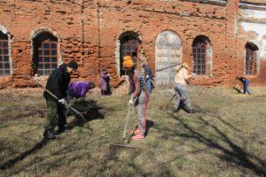 На объекте культурного наследия регоинального значения храм в честь Рождества Пресвятой Богородицы группа волонтеров провела субботник