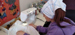 Швейная мастерская «Нить добра» учит девочек основам работы на швейной машинке