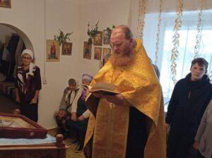 Благочинный Северного церковного округа иерей Виталий Лукиных совершил молебен о сохранении творения Божия в молебном доме во Имя Святой Троицы с. Уксянского