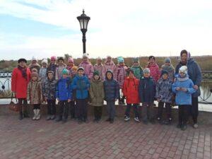 По благословению руководителя Паломнического отдела Шадринской епархии протоиерея Владимира Тарасова для школьников младших классов была проведена ознакомительная экскурсия по родному городу
